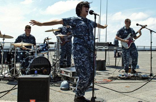 美海军女兵放歌南海玩得很过瘾