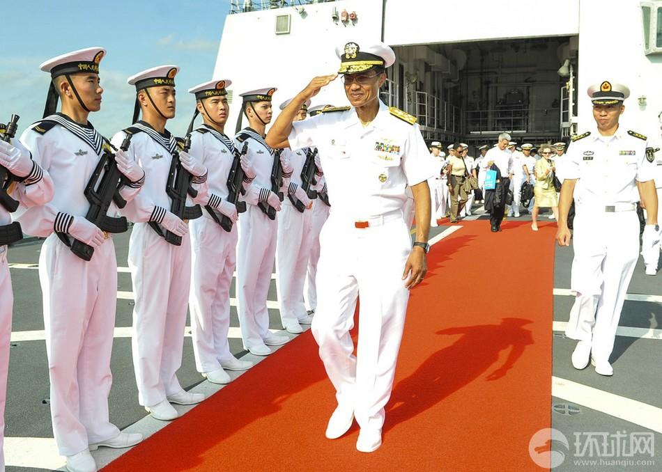 美太舰队司令参观我精锐兴致高
