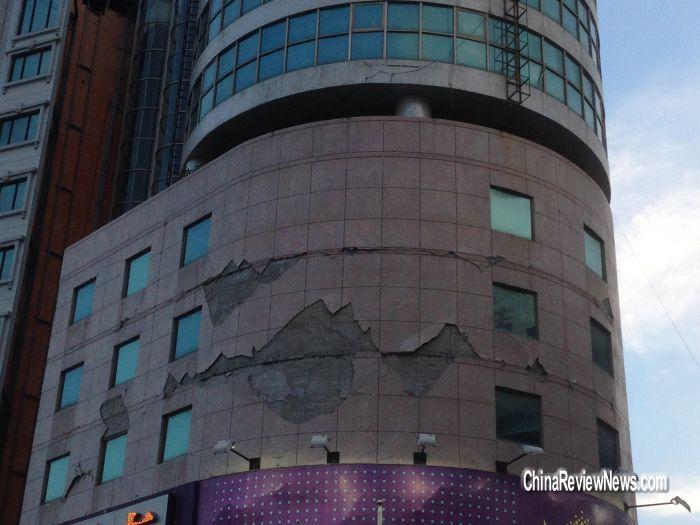 """大楼外墙大面积磁砖剥落,幸无人伤. 图片来源:台湾""""中央社""""高清图片"""