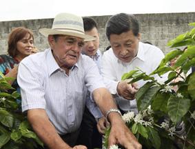 习近平走访哥斯达黎加农户品尝咖啡