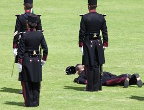 墨西哥一军校学员在欢迎仪式上晕倒
