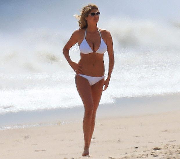 凯特阿普顿上演沙滩激吻