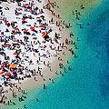 摄影师航拍超现实海滩浴场