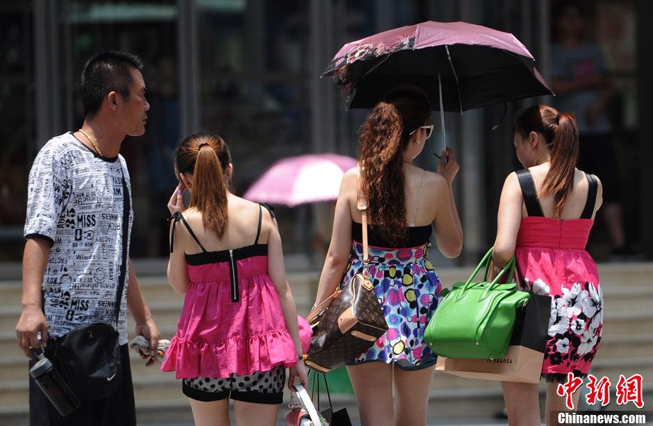 重庆街头美女清凉上阵 国内新闻