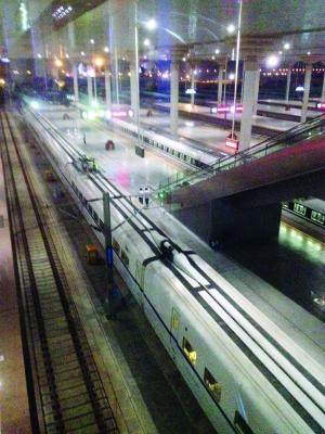 京沪高铁D5432列车故障趴窝 乘客砸窗外出乘凉