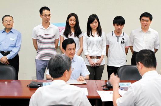 马英九正式登记参选党主席:是责任也是使命(图)