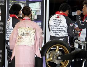 巴黎航展日本人和服樱花齐上阵