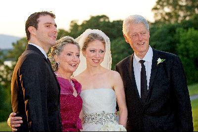 2010年,克林顿(右一)、切尔西(右二)、希拉里(左二)和 马克在切尔西婚礼上合影。