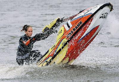 2009 年7 月 20 日,安娜斯塔 希娅参加莫斯科 水上摩托特技赛。