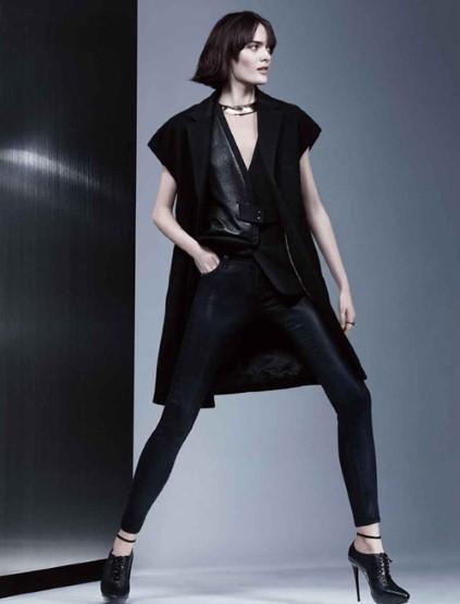 明的脸型、黑色紧身小脚裤,搭配同色系短袖长衫及鞋履,女性霸气