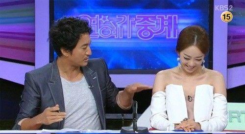 韩国女主播着开胸装主持 男搭档 天太热吗