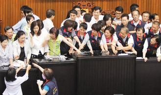 联合晚报:立法院上演暴力冲突 这就是民主?