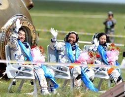 神十飞船返回舱成功着陆 3名宇航员顺利出舱