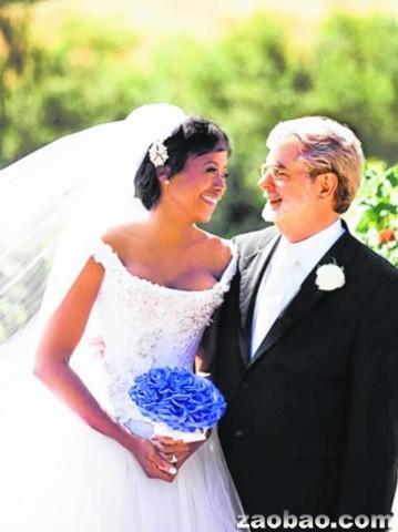44岁的新娘麦勒迪·霍布森则是首次出嫁.