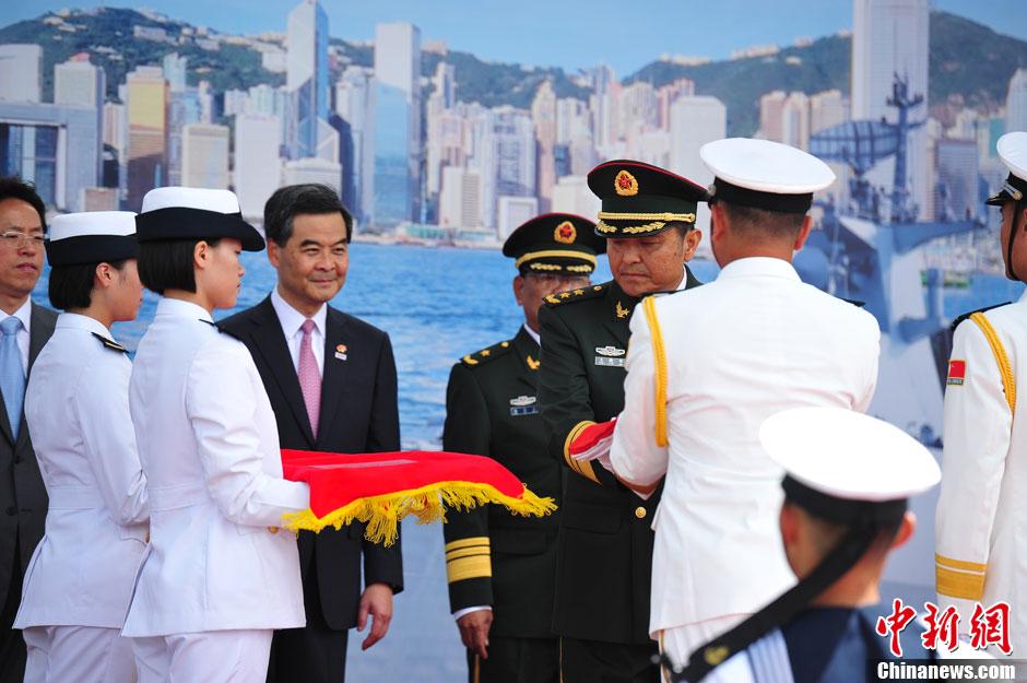 香港市民争睹056级新型护卫舰