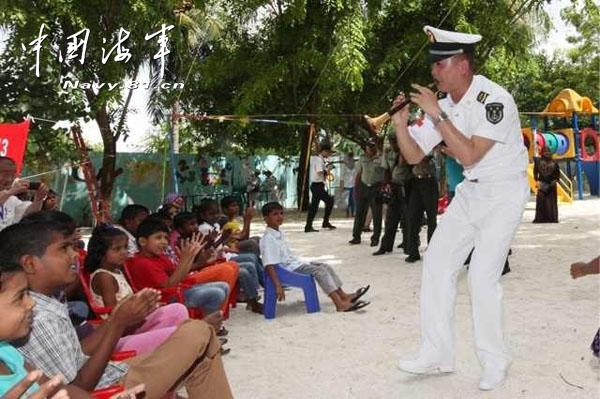 我军医院船在马尔代夫救治孤儿