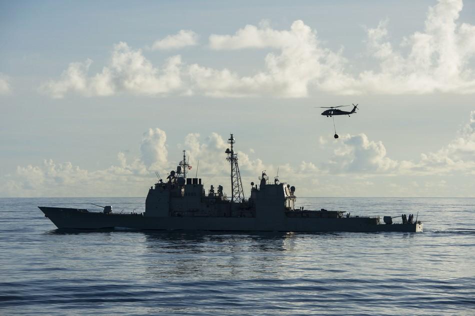 中国 巡洋舰/美军巡洋舰在菲律宾海摸黑补给(1/5)