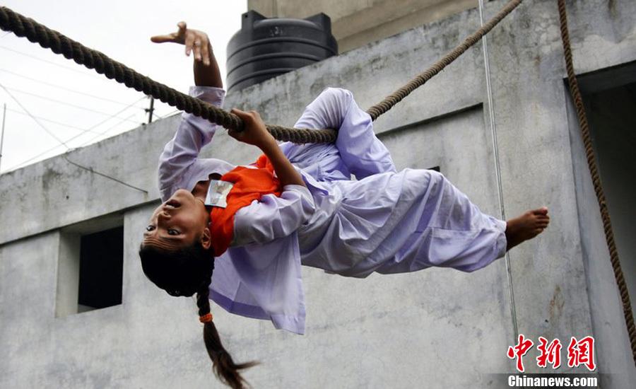 印度女子苦练自卫术防 军事