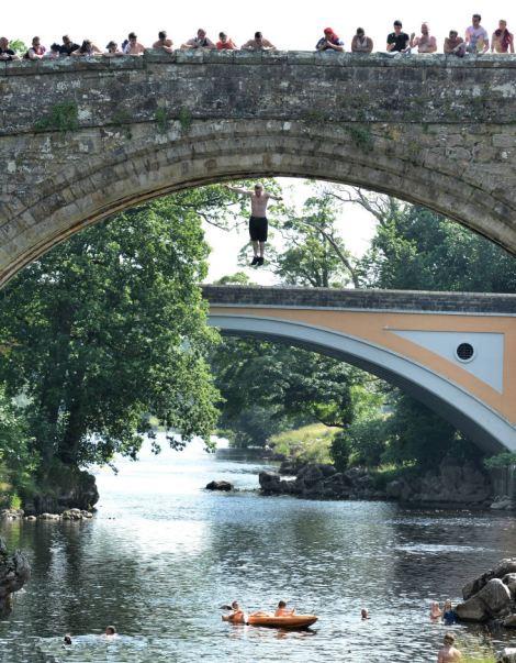 """英国玩命青年""""死亡桥""""裸身跳水求降温(高清组图)"""