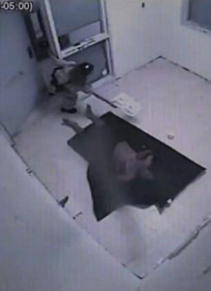 美囚犯死前视频曝光 警察漠然
