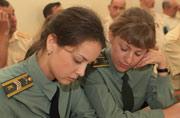 俄军女兵为联演做足功课