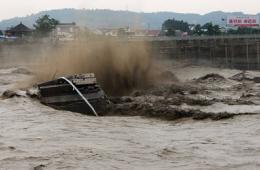 四川江油青莲老石拱桥最后一段被洪水冲垮