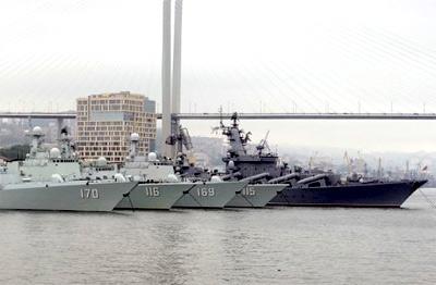 中国海军灰白色军舰填满俄军港