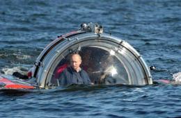 牛人普京乘潜水器视察边境岛屿