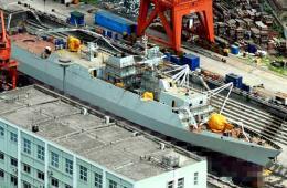 """我军056舰正在船台""""晒太阳"""""""