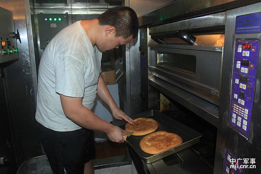 我军护航战舰上能吃到烤披萨