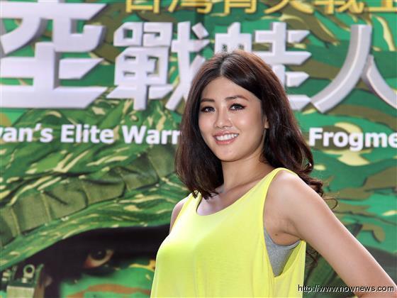 """台湾名模成""""军中情人"""" 体验被蛙人举高高"""