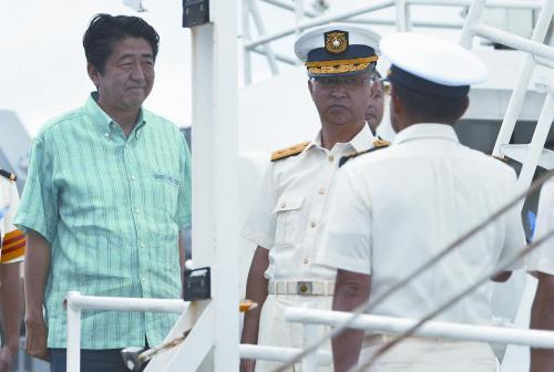 日本首相安倍晋三在日本冲绳县石恒岛登上海上保安厅的巡逻船。