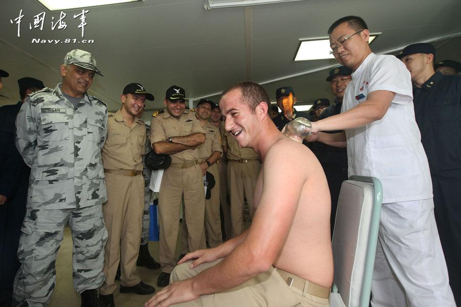 美盟军官登上我舰拔火罐很享受