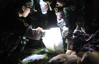中国 甘肃/岷县地震连夜救援:不言放弃