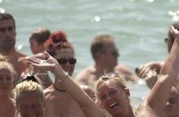 西班牙一海滩729人集体裸浴 创世界纪录(图)图片