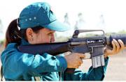 越南女民兵兴奋打M16步枪