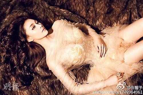 不过,也有网友称张馨予与范冰冰越来越相像.