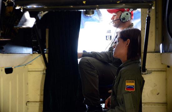 委内瑞拉女兵坐中国运-8很心安