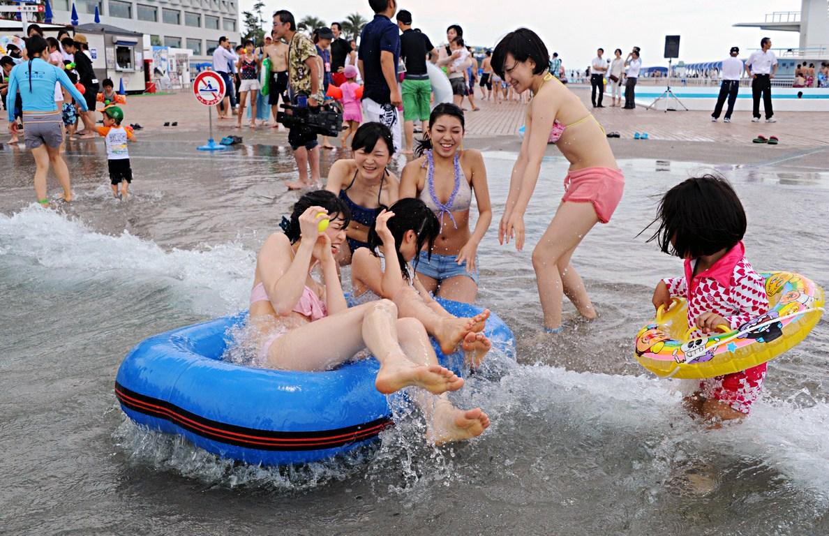 全球高温游泳成最佳避暑运动 泳池人满为患_体