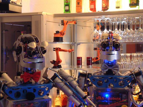 德酒吧推出机器人调酒服务会陪顾客闲聊