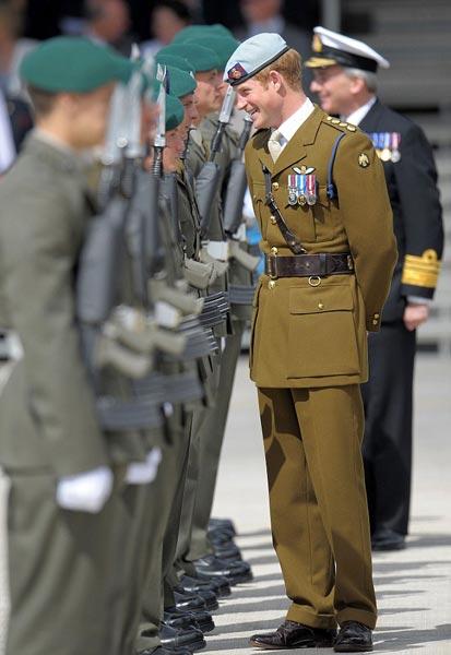 财经资讯_英国哈里王子穿军装亮相 为海军新基地揭牌_娱乐_环球网