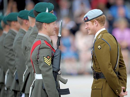 英国哈里王子穿军装亮相 【环球网报道 记者 朱盈库】据英国《每日邮报》8月2日报道,当地时间8月2日,英国哈里王子身穿一套军装,头戴浅蓝色贝雷帽,帅气现身普利茅斯市的德文波特海军基地,为刚成立的皇家海军陆战队新中心揭牌。据悉,在那里,海军陆战队第一攻击队的士兵们将接受气垫船驾驶、海滩登陆等能力训练。