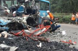 客车与运煤货车相撞 致5亡