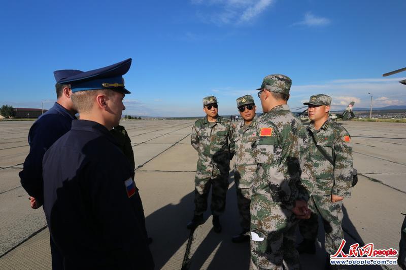 中国直升机跨越贝加尔湖运兵