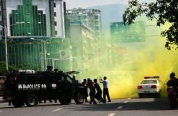 四川西昌街头特巡警举行防群殴械斗演习