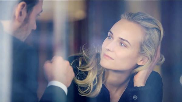 黛安克鲁格香奈儿Chanel广告幕后花絮曝光   【环球网综合报道】国际女星黛安·克鲁格(Diane Kruger)曾因出演史诗大片《特洛伊》中倾国倾城的王妃海伦而一跃成为好莱坞重磅女星。据美国《Elle》杂志网站8月5日报道,克鲁格受邀出演香奈儿全新美妆系列宣传片,完美诠释品牌高贵优雅气质,而其拍摄的广告幕后花絮也于近日曝光。   据报道,香奈儿发布了由黛安·克鲁格主演的香奈儿化妆品系列宣传大片,身为演员和时尚女星的黛安在片中光彩四溢。无论是漫步在小城街道,还是在咖啡馆小憩