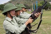 越军潜艇团妇女打枪养猪样样行