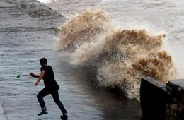 台风潭美携风裹雨登陆福建 沿海掀大浪