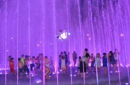 湖北恩施一男孩被广场喷泉冲上高空