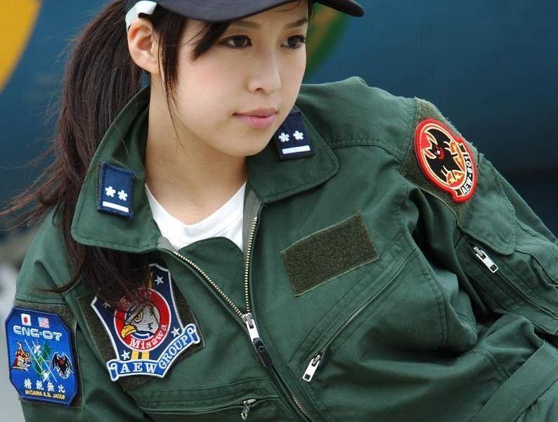 :自卫队曾拒招女文艺兵日本的自卫队里也设有文工团.但在早期,